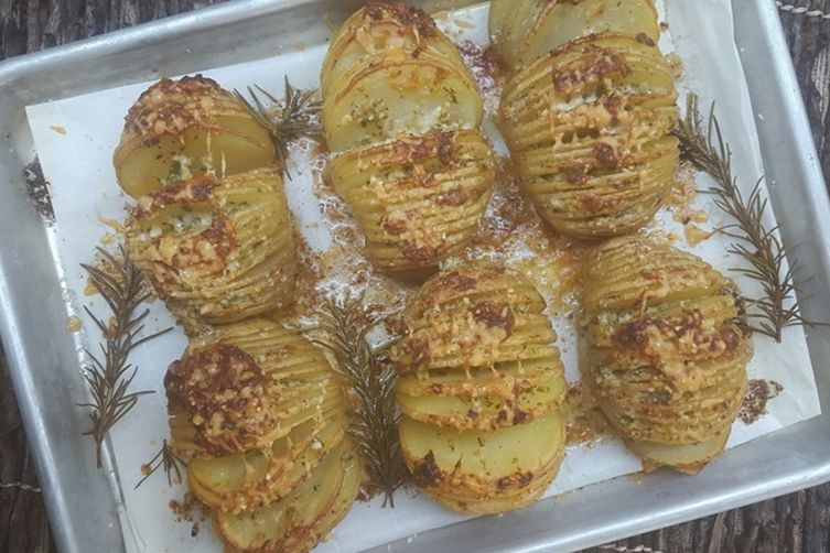 Garlic Parmesan Hasselback Potatoes 1