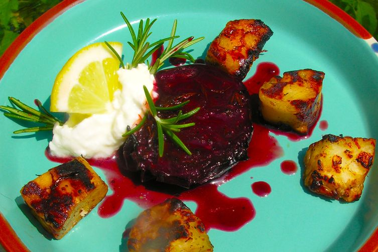 Sweet and sour grilled plums with grilled cheese: kebabs or a lacarte