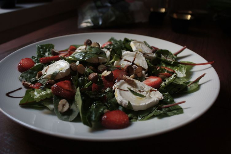 Strawberries and goat's cheese salad 1