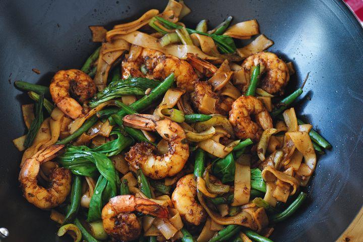 Lower-GI spicy stir-fried prawns with rice noodles 1
