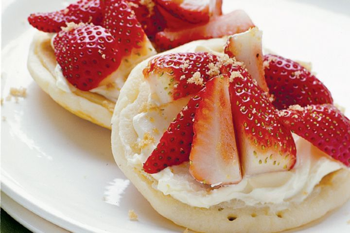 Pikelets with strawberries and mascarpone 1