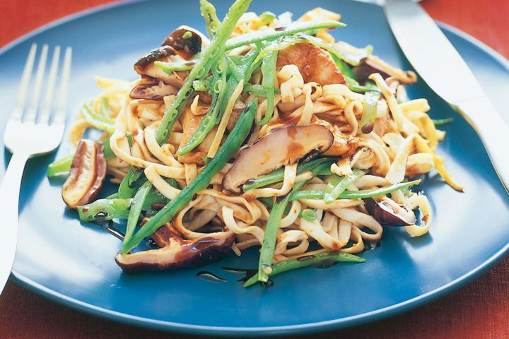 Stir-fried noodles with satay chicken & mushrooms 1