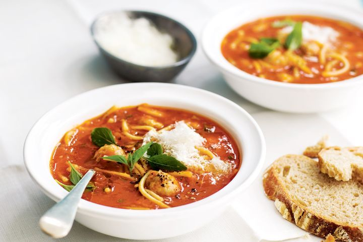 Tomato soup with spaghetti and chicken meatballs 1